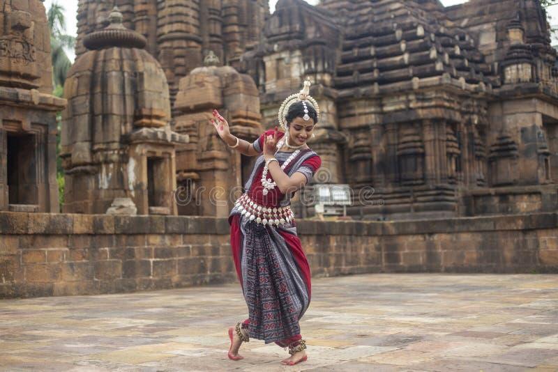 Ο κλασσικός χορευτής odissi φορά το παραδοσιακό κοστούμι και την τοποθέτηση μπροστά από το ναό Mukteshvara, Bhubaneswar, Odisha,  στοκ εικόνα