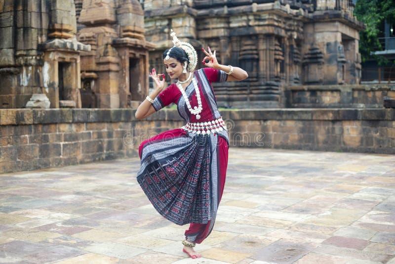 Ο κλασσικός χορευτής odissi φορά το παραδοσιακό κοστούμι που θέτει τις χειρονομίες Mudra ή χεριών στοκ φωτογραφία με δικαίωμα ελεύθερης χρήσης