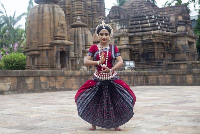 Ο κλασσικός χορευτής Odissi φορά το παραδοσιακό χτύπημα κοστουμιών θέτει ενάντια στο σκηνικό του ναού Mukteshvara, Bhubaneswar στοκ φωτογραφία με δικαίωμα ελεύθερης χρήσης