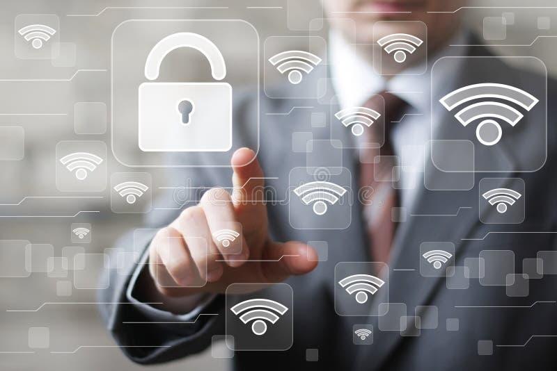 Ο κοινωνικός επιχειρηματίας της WI-Fi δικτύων πιέζει το κουμπί στοκ φωτογραφία