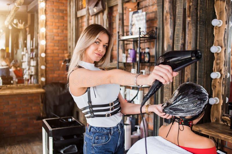 Ο κομμωτής κάνει μια επεξεργασία SPA στον πελάτη τρίχας Hairstyle, hair care Spa, προσοχή, ομορφιά και έννοια ανθρώπων στοκ φωτογραφίες με δικαίωμα ελεύθερης χρήσης