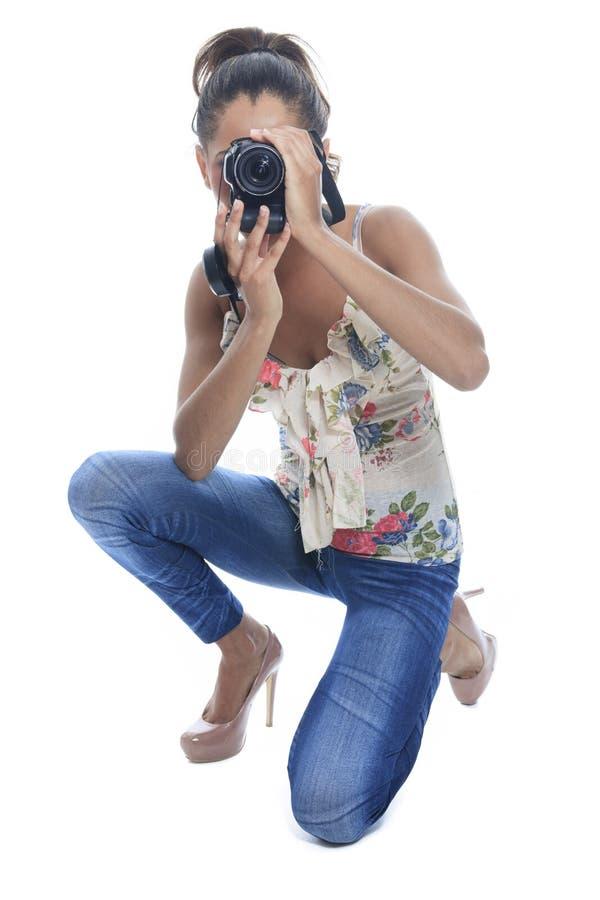 Ο κορίτσι-φωτογράφος παίρνει τις θραύσεις, που απομονώνονται στο λευκό στοκ εικόνα με δικαίωμα ελεύθερης χρήσης