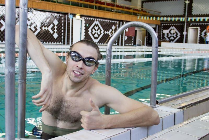 Ο κολυμβητής στην παρουσίαση λιμνών φυλλομετρεί επάνω στοκ εικόνες