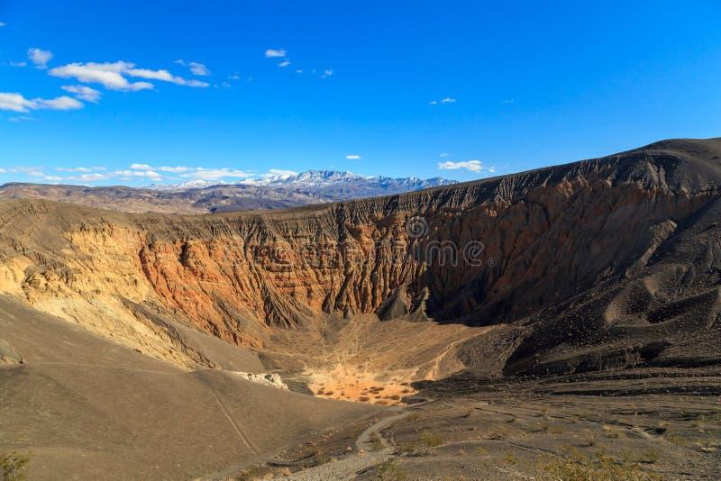 ο κρατήρας Καλιφόρνιας φτιάχνει κρατήρα κοιλάδα πάρκων πεδίων θανάτου την κατά το ήμισυ μεγάλη εθνική βόρεια ubehebe ηφαιστειακή στοκ εικόνα
