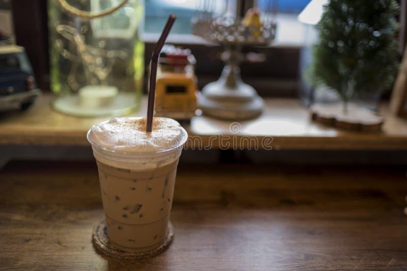Ο κρύος καφές τοποθετείται στο ξύλο στοκ φωτογραφία