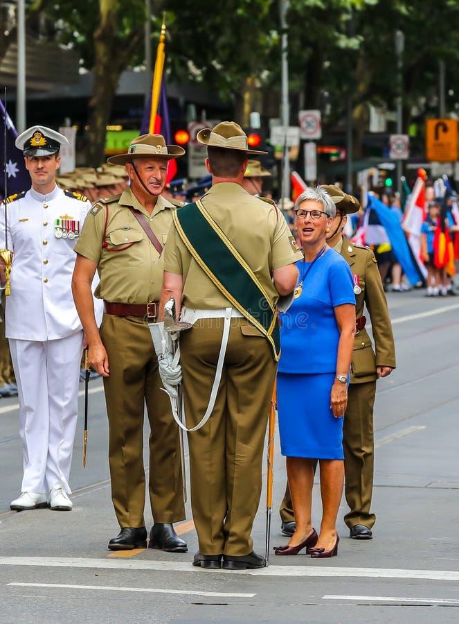 Ο Κυβερνήτης της Βικτώρια ο Χον Η Λίντα Ντεσάου AC επιθεωρεί τη στρατιωτική φρουρά κατά τη διάρκεια της Παρέλασης της Ημέρας της  στοκ φωτογραφία με δικαίωμα ελεύθερης χρήσης