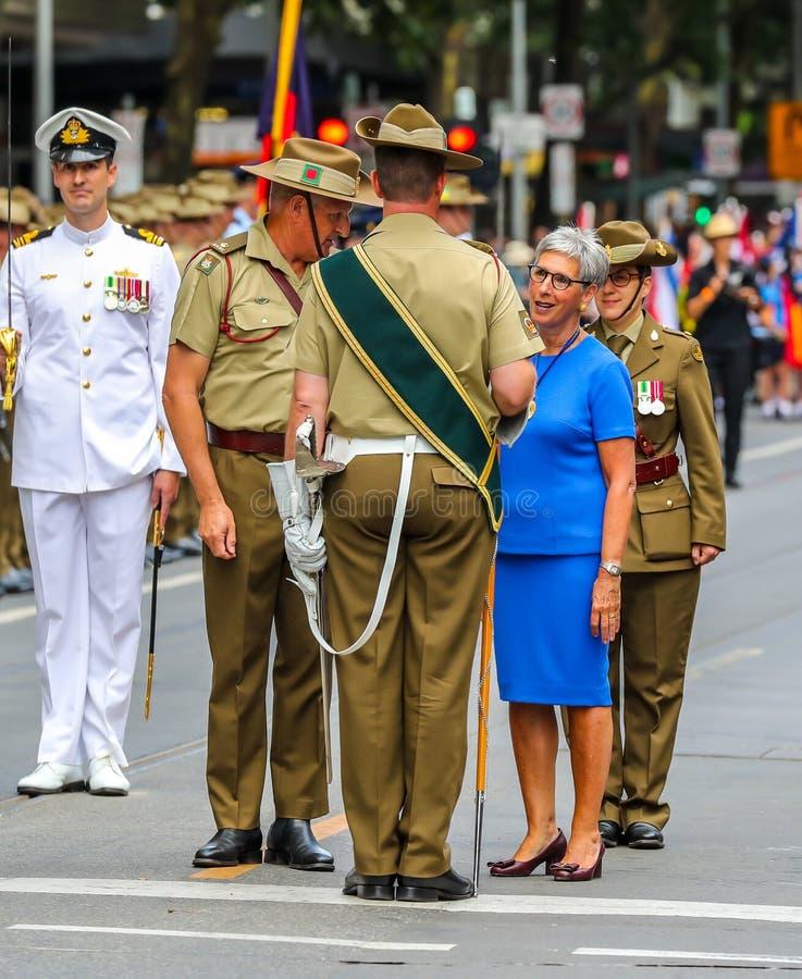 Ο Κυβερνήτης της Βικτώρια ο Χον Η Λίντα Ντεσάου AC επιθεωρεί τη στρατιωτική φρουρά κατά τη διάρκεια της Παρέλασης της Ημέρας της  στοκ εικόνες με δικαίωμα ελεύθερης χρήσης