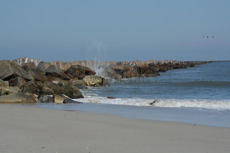 Ο κυματοθραύστης λιμενοβραχιόνων στην παραλία Fernandina, Clinch οχυρών κρατικό πάρκο, κομητεία Nassau, Φλώριδα ΗΠΑ στοκ εικόνες