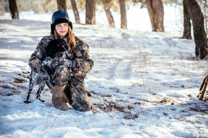 Ο κυνηγός κοριτσιών με τις διόπτρες στο δάσος, παρουσιάζει κατεύθυνση s σκυλιών στοκ φωτογραφία με δικαίωμα ελεύθερης χρήσης