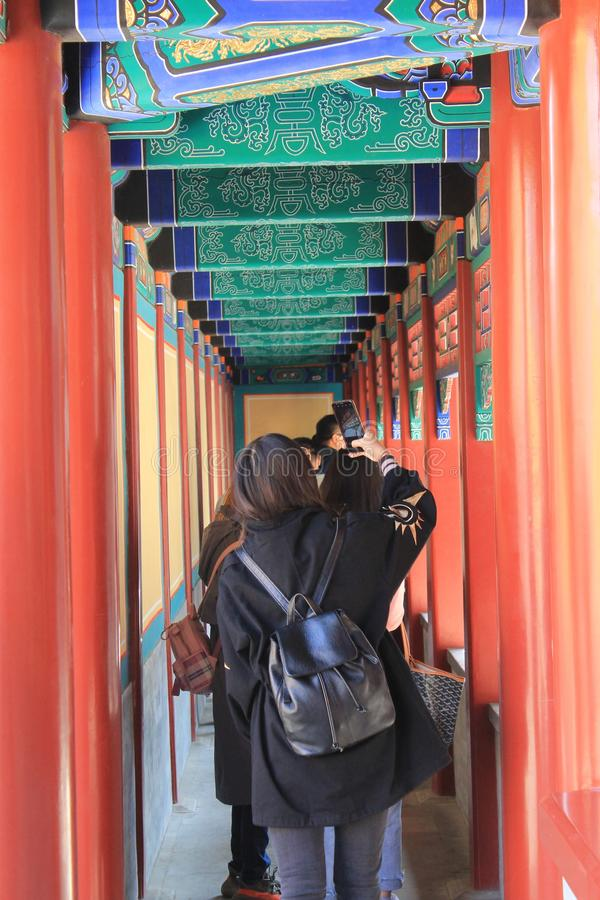 Ο κόκκινος κινεζικός περίπατος με τα κορίτσια στοκ εικόνα