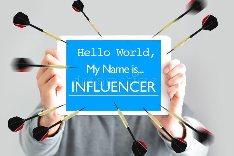 """ο κόσμος """"Hello, το όνομά μου είναι influencer†κείμενο  στο whiteboard στα νέα χέρια blogger στοκ εικόνες"""