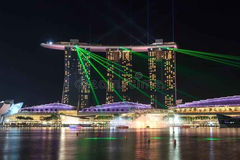 Ο κόλπος μαρινών στρώνει με άμμο το ξενοδοχείο τη νύχτα με το φως και το λέιζερ παρουσιάζει στη Σιγκαπούρη στοκ φωτογραφία με δικαίωμα ελεύθερης χρήσης