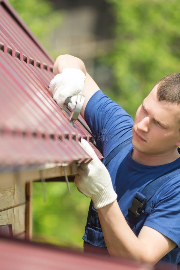 Ο κύριος κάνει την εργασία επισκευής για τη στέγη στοκ φωτογραφίες με δικαίωμα ελεύθερης χρήσης