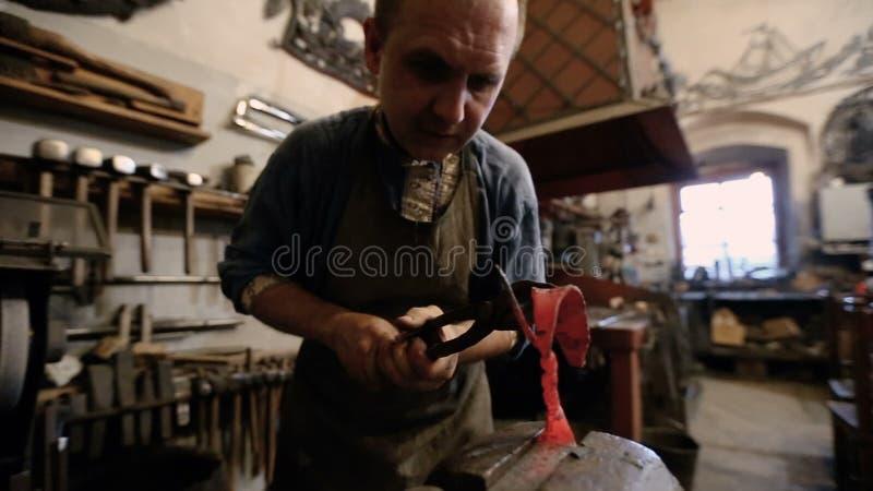 Ο κύριος σφυρηλατεί παράγει τα σφυρηλατημένα προϊόντα μετάλλων απόθεμα βίντεο