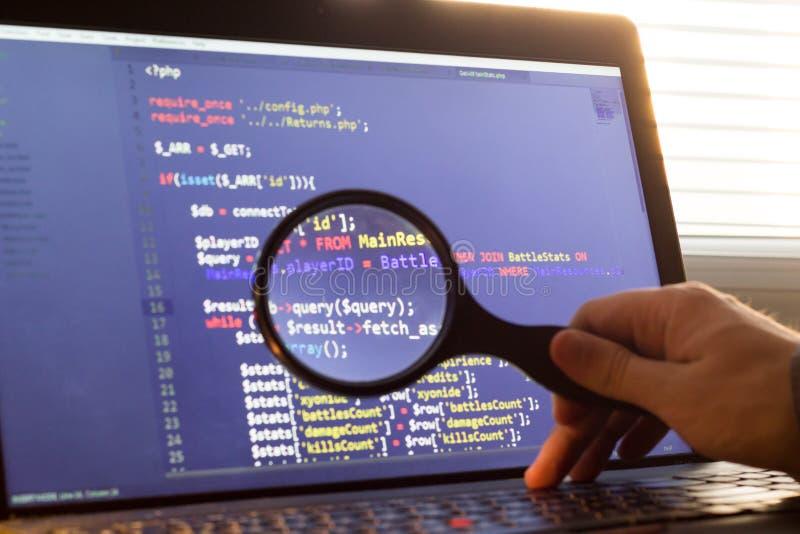 Ο κώδικας οπίσθιου μέρους πέσος Φιλιππίνων μεγέθυνε μέσω ενός πιό magnifier Συμβούλευση κωδικού πηγής προγραμματισμού υπολογιστών στοκ φωτογραφίες