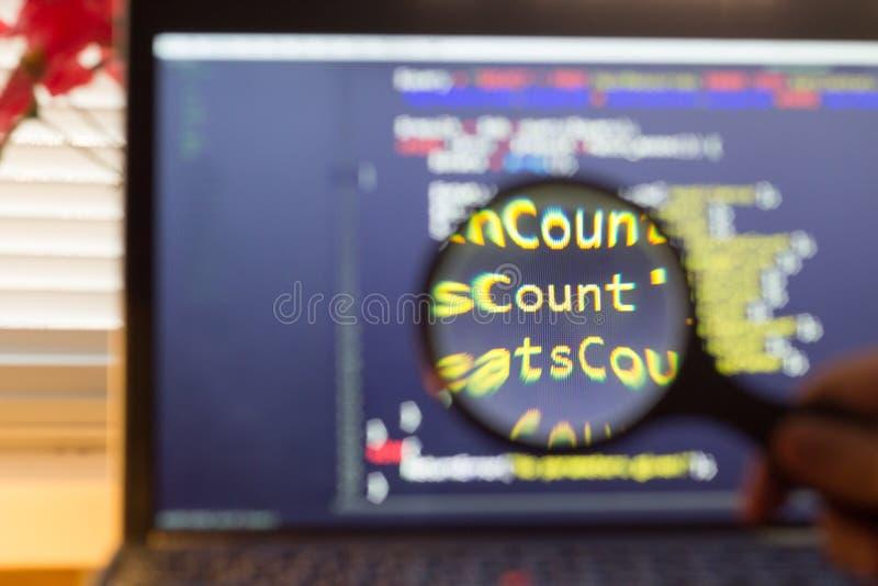 Ο κώδικας οπίσθιου μέρους πέσος Φιλιππίνων μεγέθυνε μέσω ενός πιό magnifier Συμβούλευση κωδικού πηγής προγραμματισμού υπολογιστών στοκ φωτογραφία με δικαίωμα ελεύθερης χρήσης
