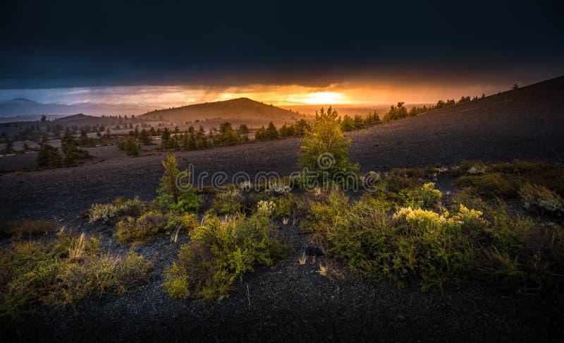 Ο κώνος κόλασης αγνοεί τους κρατήρες του φεγγαριού στο ηλιοβασίλεμα στοκ φωτογραφία με δικαίωμα ελεύθερης χρήσης