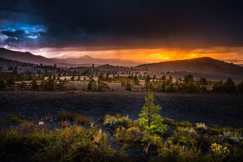 Ο κώνος κόλασης αγνοεί τους κρατήρες του φεγγαριού στο ηλιοβασίλεμα στοκ εικόνες