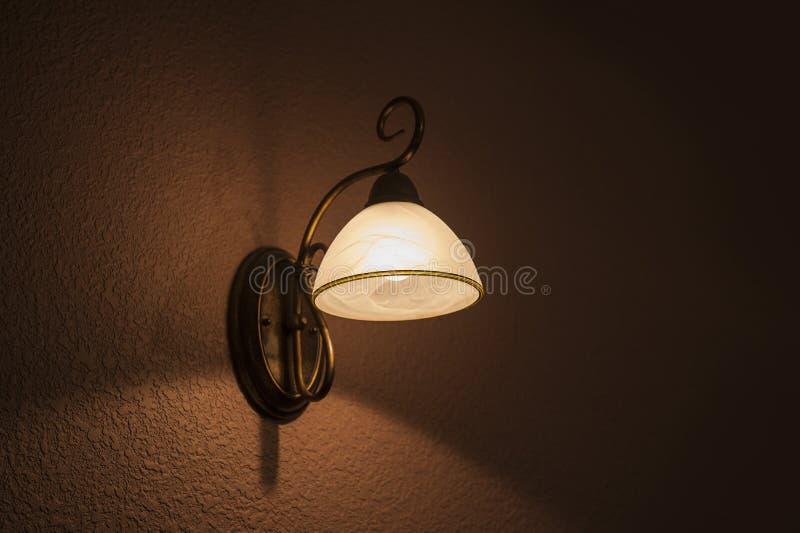 Ο κλασικός λαμπτήρας λάμπει άσπρο φως στοκ εικόνα
