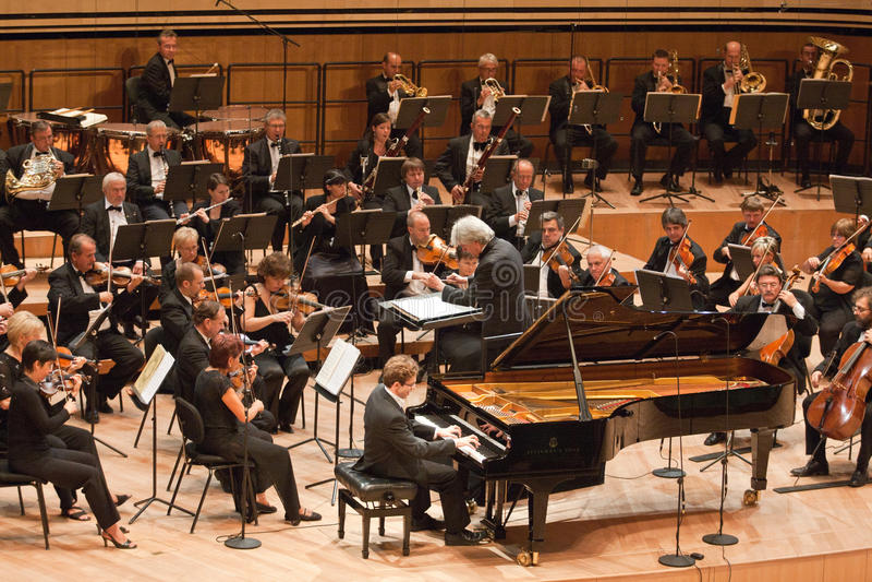 Ο Κ. συμφωνική ορχήστρα εκτελεί στοκ εικόνα με δικαίωμα ελεύθερης χρήσης