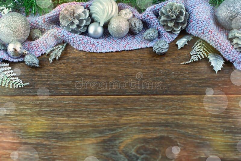 Ο λαμπρός κέδρος κλάδων κώνων καρυδιών σφαιρών σύνθεσης Χριστουγέννων αφήνει το ασήμι στο ξύλινο σκοτεινό πορφυρό καρό υποβάθρου  στοκ φωτογραφία με δικαίωμα ελεύθερης χρήσης