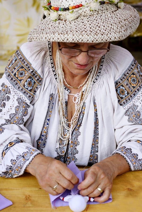 Ο λαϊκός θηλυκός καλλιτέχνης από Salaj, Ρουμανία έντυσε στην παραδοσιακή ρουμανική μπλούζα στοκ φωτογραφία με δικαίωμα ελεύθερης χρήσης