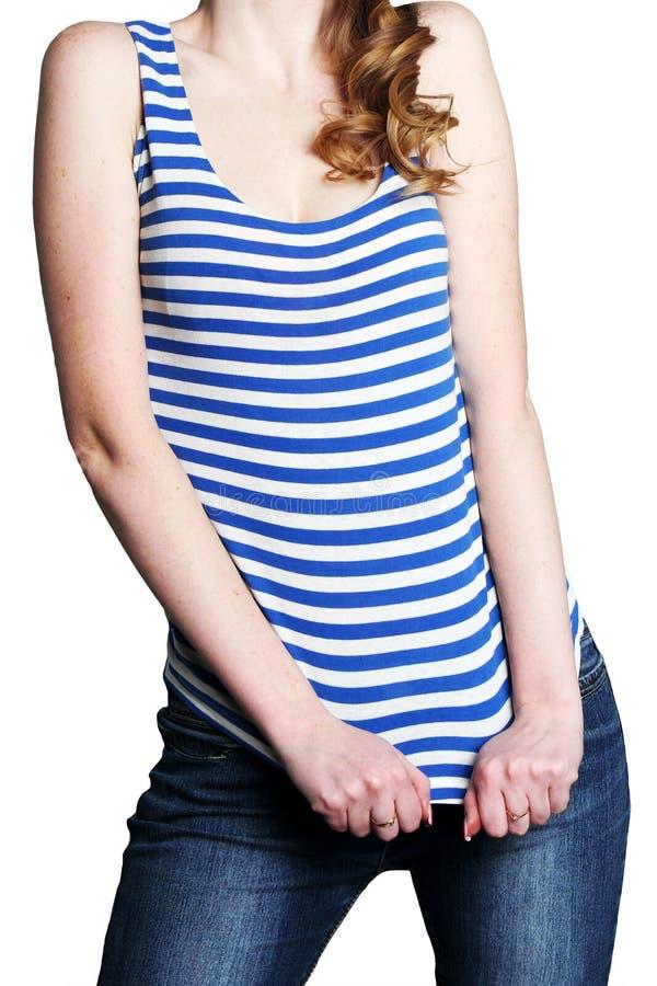 Ο λεπτός αριθμός του κοριτσιού στο ριγωτά πουκάμισο και τα τζιν στοκ εικόνες