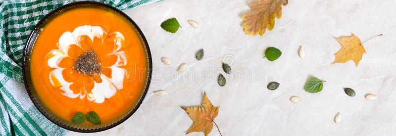 Ο λεπτός πουρές κολοκύθας με τους σπόρους κρέμας και chia σε ένα μαύρο γυαλί κυλά στοκ εικόνα με δικαίωμα ελεύθερης χρήσης