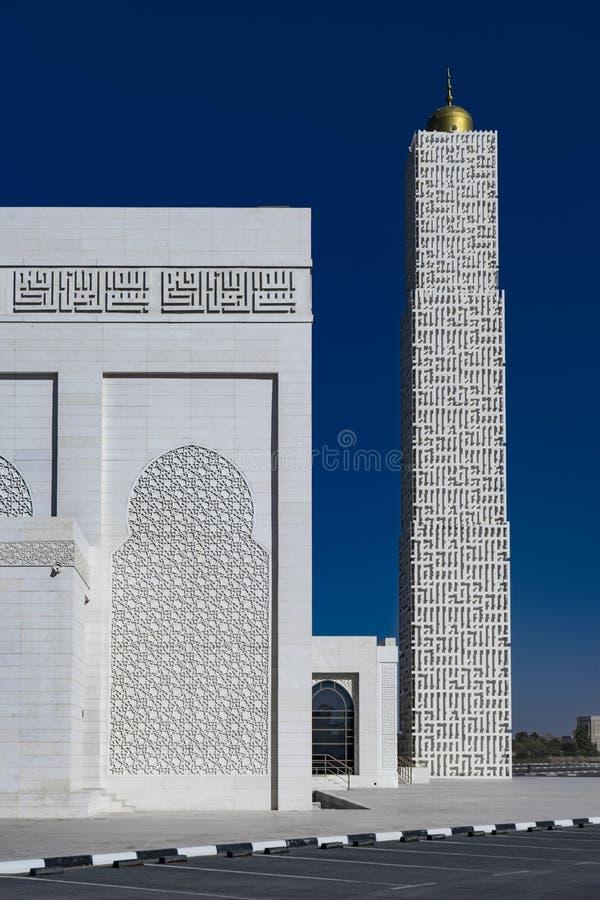 Ο λευκός σαν το χιόνι μιναρές του μουσουλμανικού τεμένους στα σύγχρονα σχέδια στοκ φωτογραφίες