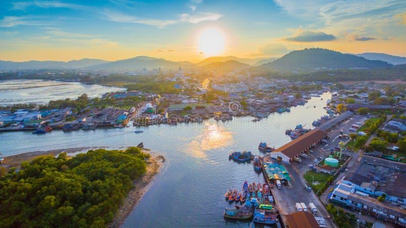 Ο λιμένας αλιείας Phuket είναι ο μεγαλύτερος λιμένας αλιείας Τοποθετημένος Koh στο νησί Siray, δίπλα στο νησί Phuket στοκ εικόνα