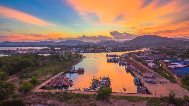 Ο λιμένας αλιείας Phuket είναι ο μεγαλύτερος λιμένας αλιείας Τοποθετημένος Koh στο νησί Siray, δίπλα στο νησί Phuket στοκ φωτογραφίες