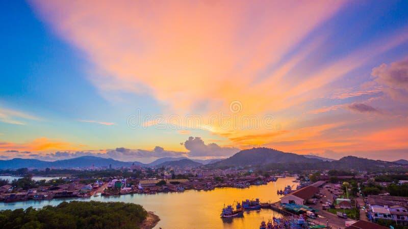 Ο λιμένας αλιείας Phuket είναι ο μεγαλύτερος λιμένας αλιείας Τοποθετημένος Koh στο νησί Siray, δίπλα στο νησί Phuket στοκ εικόνα με δικαίωμα ελεύθερης χρήσης