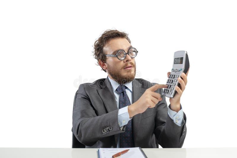 Ο λογιστής Nerd κάνει τον υπολογισμό του εισοδήματος επιχείρησης στοκ φωτογραφία