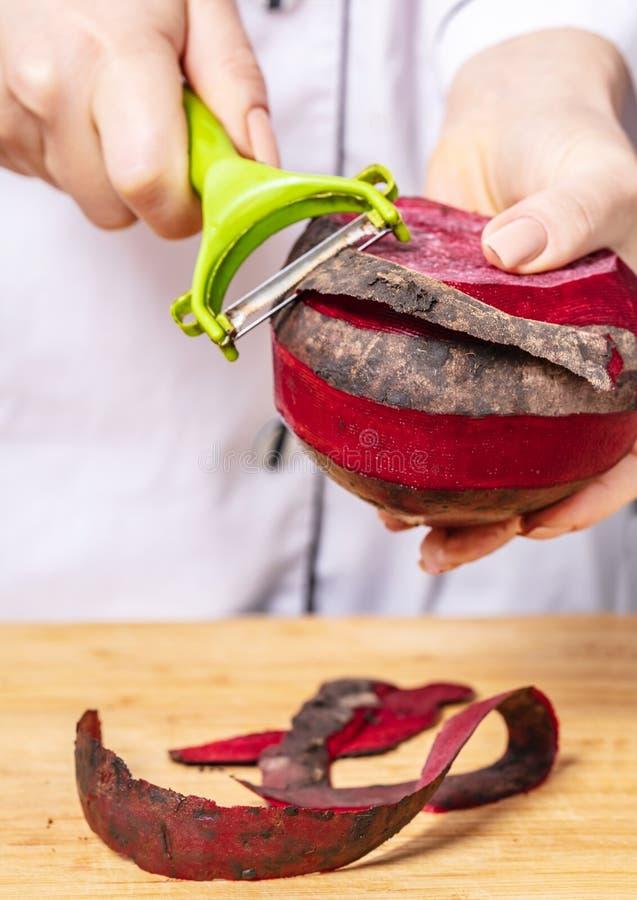 Ο μάγειρας καθαρίζει το τεύτλο στοκ φωτογραφία