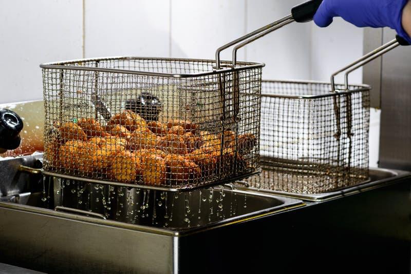 Ο μάγειρας που προετοιμάζει τα φρέσκα τηγανητά σφαιρών Falafel στοκ φωτογραφία με δικαίωμα ελεύθερης χρήσης