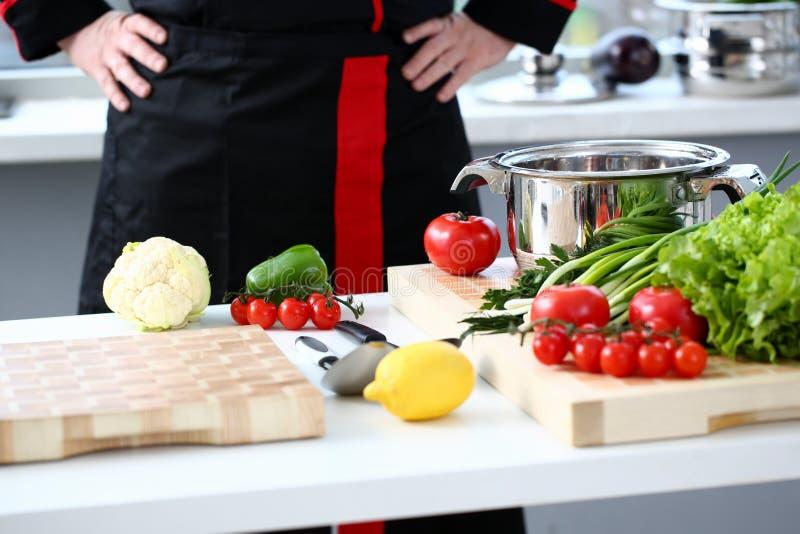 Ο μάγειρας στην κουζίνα προετοιμάζεται στοκ φωτογραφίες με δικαίωμα ελεύθερης χρήσης