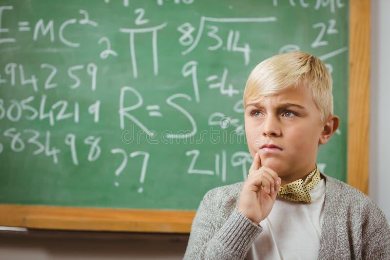 Ο μαθητής έντυσε επάνω ως σκέψη δασκάλων μπροστά από τον πίνακα κιμωλίας στοκ φωτογραφία με δικαίωμα ελεύθερης χρήσης