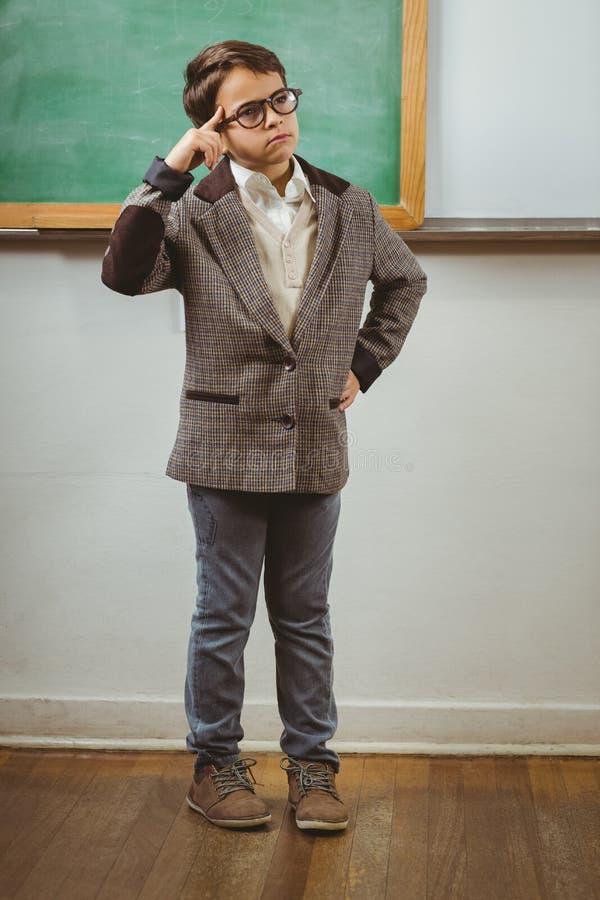 Ο μαθητής έντυσε επάνω ως σκέψη δασκάλων μπροστά από τον πίνακα κιμωλίας στοκ εικόνες