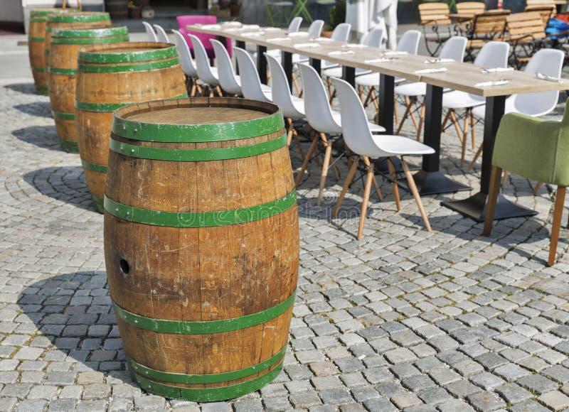 Ο μακριοί πίνακας και οι καρέκλες τακτοποιούνται σε υπαίθριο για το γεύμα στοκ εικόνες