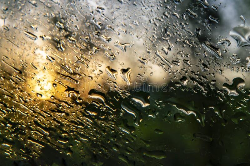 ο μακρο πυροβολισμός ενός νερού μειώνεται σε ένα παράθυρο μετά από τη βροχερή ημέρα, το αφηρημένες υπόβαθρο και τις συστάσεις στοκ φωτογραφίες
