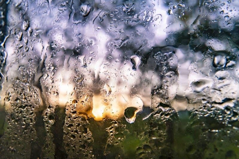 ο μακρο πυροβολισμός ενός νερού μειώνεται σε ένα παράθυρο μετά από τη βροχερή ημέρα, το αφηρημένες υπόβαθρο και τις συστάσεις στοκ εικόνες