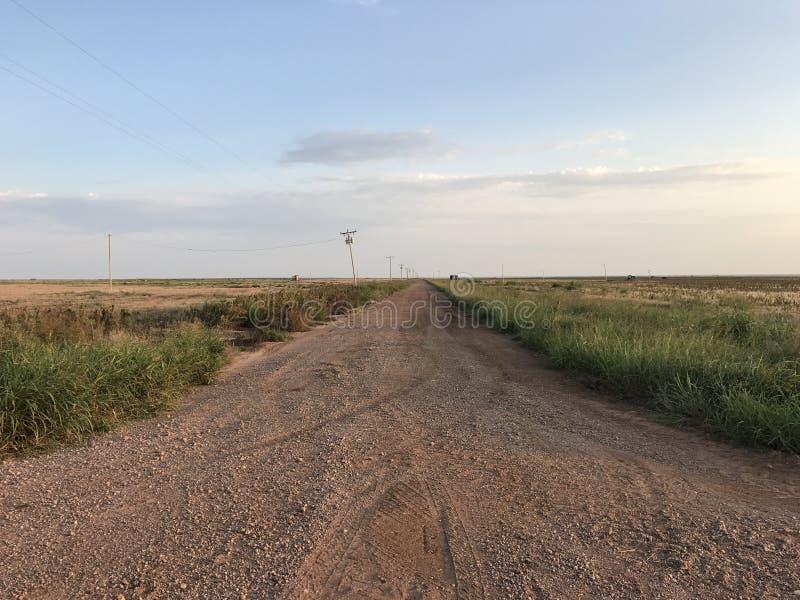 Ο μακρύς βρώμικος δρόμος στοκ εικόνες με δικαίωμα ελεύθερης χρήσης