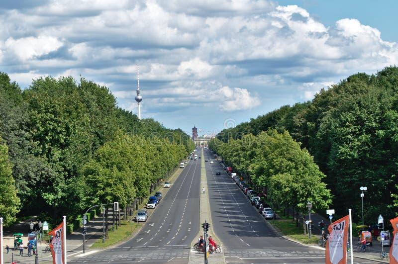 Ο μακρύς δρόμος στη σκαπάνη Brandenburger στοκ φωτογραφία με δικαίωμα ελεύθερης χρήσης