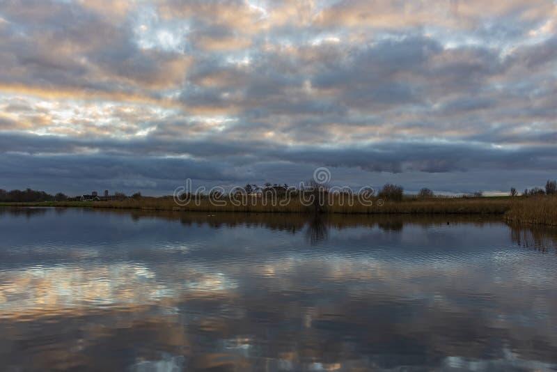 Ο μαργαριταρένιος ουρανός χρωματίζει τα σπασμένα σύννεφα υπέροχα στα plas Zoetermeerse λιμνών σε Zoetermeer, Κάτω Χώρες στοκ φωτογραφία με δικαίωμα ελεύθερης χρήσης