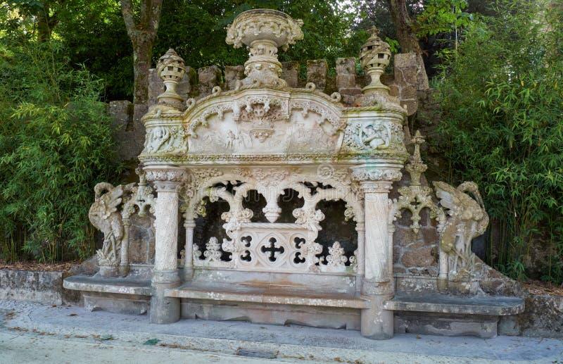 Ο μαρμάρινος πάγκος στον κήπο του κτήματος Quinta DA Regaleira Sintra Πορτογαλία στοκ εικόνα με δικαίωμα ελεύθερης χρήσης