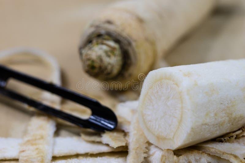 Ο μαϊντανός είναι ξυμένος σε έναν ξύστη κουζινών Countertop κουζινών και δημόσιες σχέσεις στοκ εικόνες