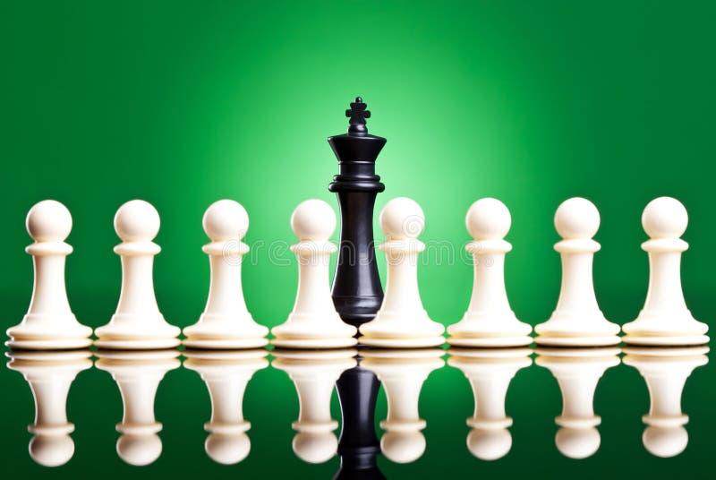ο μαύρος μπροστινός βασιλιάς βάζει ενέχυρο το λευκό στοκ εικόνες με δικαίωμα ελεύθερης χρήσης