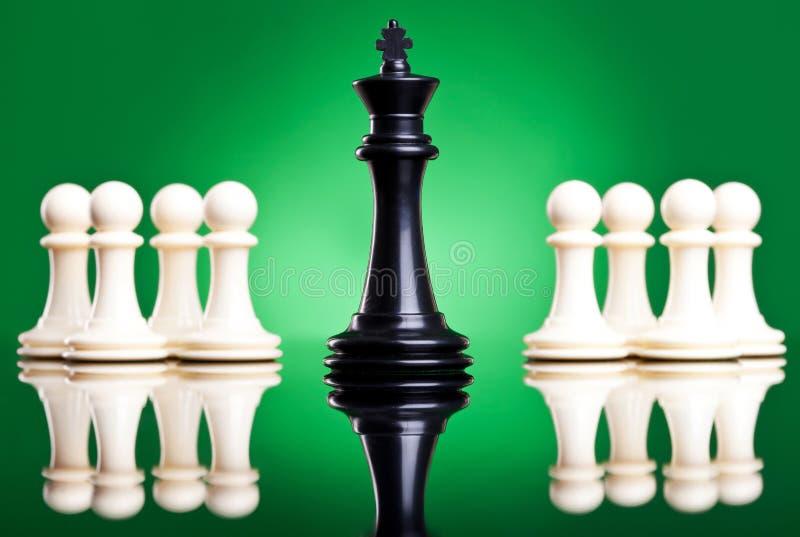 ο μαύρος μπροστινός βασιλιάς βάζει ενέχυρο το λευκό στοκ φωτογραφία