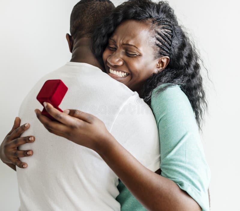 Ο μαύρος προτείνει στη φίλη του στοκ εικόνες