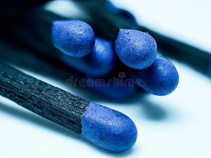 Ο Μαύρος στην μπλε ξύλινη κινηματογράφηση σε πρώτο πλάνο αντιστοιχιών που απομονώνεται στο άσπρο υπόβαθρο, facture άνθρακα σύστασ στοκ εικόνες με δικαίωμα ελεύθερης χρήσης
